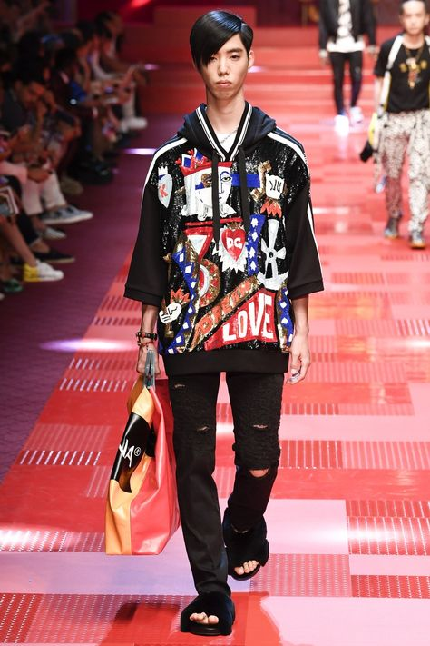 Dolce & Gabbana Spring 2018 Menswear collection, runway looks, beauty, models, and reviews.