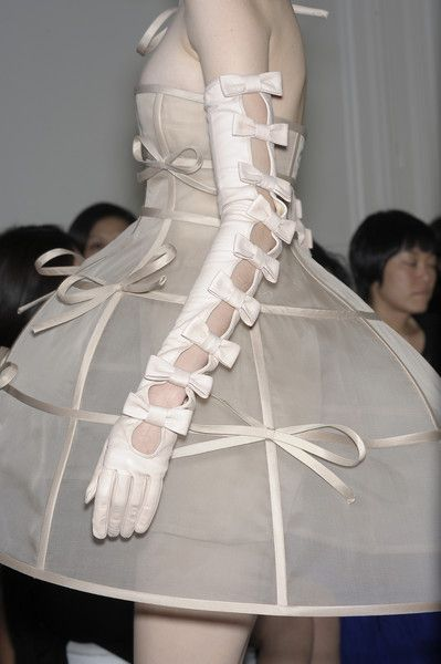 Valentino haute couture bow dress and gloves. Fashion Details, Look Fashion, High Fashion, Fashion Show, Fashion Outfits, Fashion Design, Fashion Weeks, Fashion Art, Couture Fashion