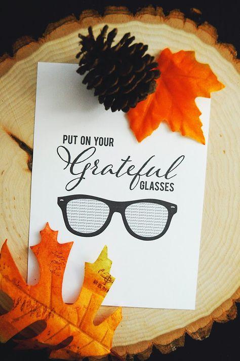 Adorable, gentle reminder to be grateful. #thanksgivingplacesetting #thanksgivingtable #grateful #freeartprint #thanksgivingartprint #freedownload #freeprintable