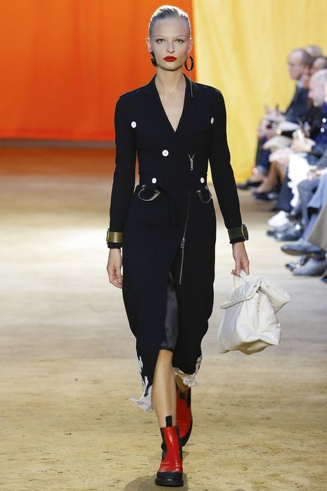 Celine Spring 2016 Ready-to-Wear collection, runway looks, beauty, models, and reviews.