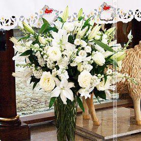 Bukiet Wysokich Bialych Kwiatow Na Oltarzu Wedding Church Decor Church Aisle Decorations Church Decor