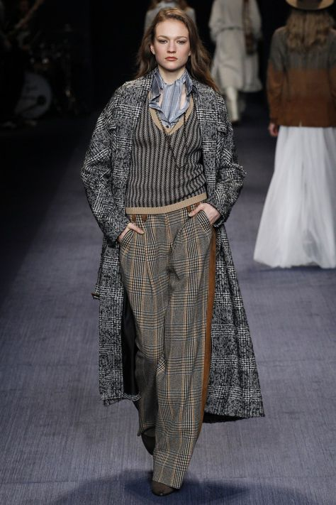 Trussardi Fall 2016 Ready-to-Wear collection, runway looks, beauty, models, and reviews.