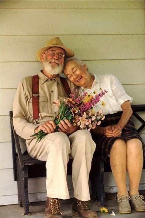 35 Photos of Cute Old Couples That Will Give You the Ultimate Relationship Goals! Cute Old Couples, Older Couples, Couples In Love, Albert Camus, Old Couple In Love, Old Love, Old Couple Photography, Growing Old Together, Photo Vintage
