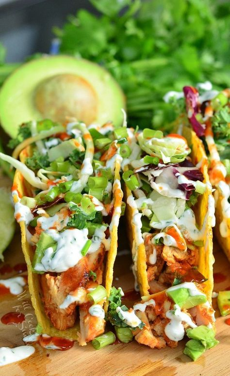 Sweet and Spicy Sriracha Chicken Tacos - Taco Recipes I Love Food, Good Food, Yummy Food, Tasty, Mexican Food Recipes, Dinner Recipes, Mexican Dishes, Taco Ideas For Dinner, Lunch Ideas
