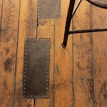 Un parquet réparé avec des plaques de métal... #parquet #metal