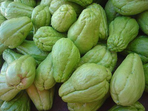 Chouchou - chayotte - christophine. Un légume qui se cuisine comme une pomme de terre. Le goût et la texture sont proches de la courgette.