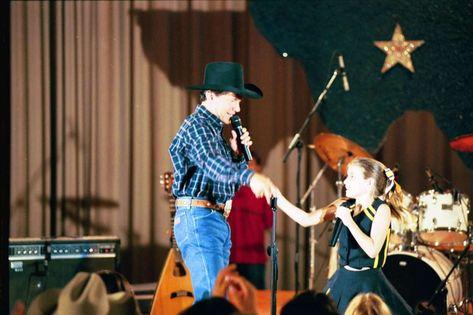 ekskluzywne oferty szczegóły dla świetne oferty George Strait and Emma Roberts appear in a scene from 'Grand ...