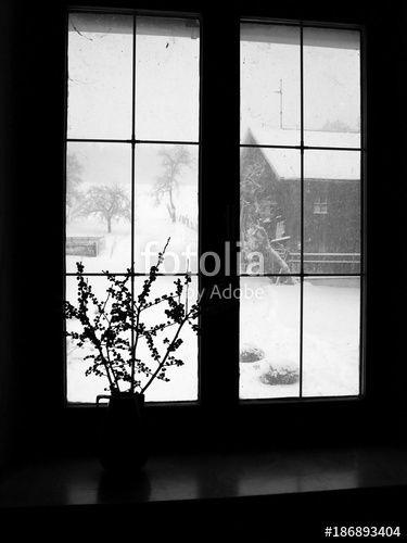 Dekorativer Strauss Auf Der Fensterbank Eines Bauernhaus Mit Blick