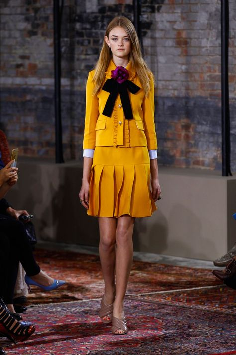 Gucci Resort 2016 Fashion Show Love everything except the purple flower, tacky rings and shoes. Gucci Resort 2016 Fashion Show – Willow Hand (The Lions) - Agenda De La Défilé
