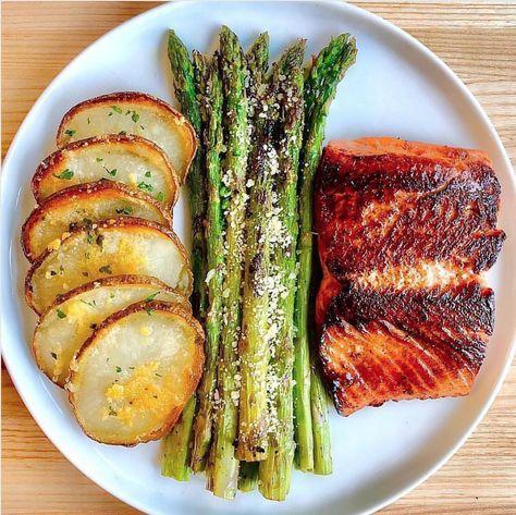 Crispy honey garlic salmon food recipes Crispy Honey Garlic Chipotle Salmon recipe by Kim's Cravings Good Healthy Recipes, Healthy Meal Prep, Healthy Snacks, Healthy Eating, Healthy Food For Dinner, Dinner Ideas Healthy, Healty Meals, Healthy Living Recipes, Healthy Recepies