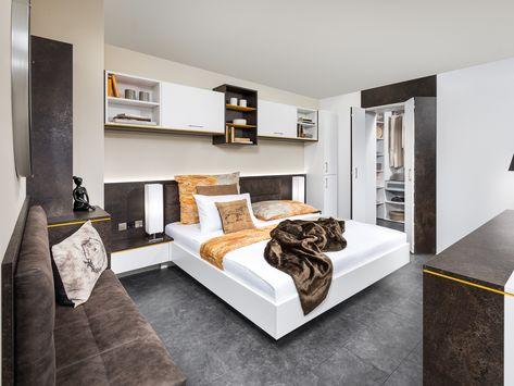 Einfach Praktisch Massgefertiges Schlafzimmer Mit Einem Bettuberau