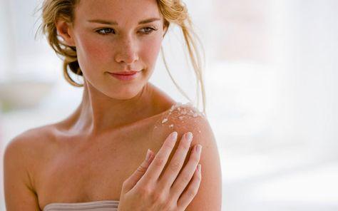 Aus natürlichen Zutaten wie Salz und Honig ein Peeling selber machen und die Haut verwöhnen