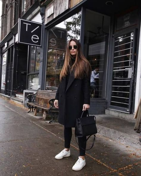 Black coat outfit with white sneakers- Schwarzes Mantel-Outfit mit weißen Turnschuhen Black coat outfit with white sneakers -