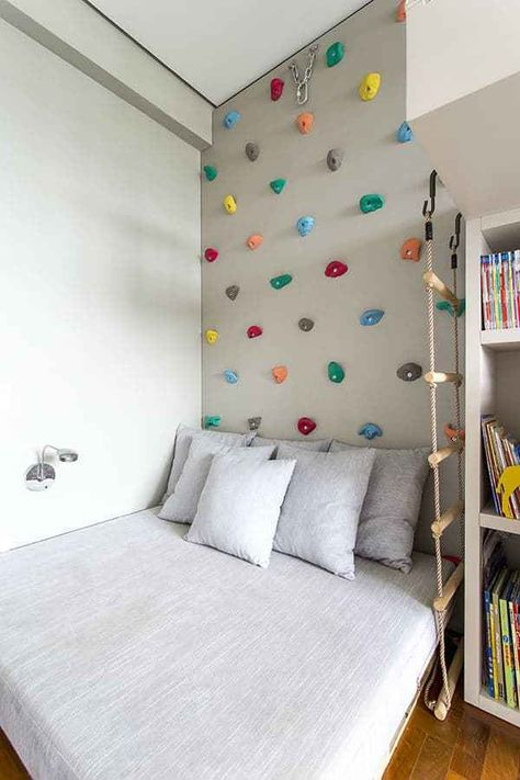 55 Best Montessori Bedroom Design For Happy Kids 0055 - Rock Climbing Wall above the bed! What a cool idea for a kid's room! 55 Best Montessori Bedroom Design For Happy Kids 0055 Deco Kids, Cool Kids Rooms, Cool Kids Beds, Cool Boys Room, Kids Beds For Boys, Creative Kids Rooms, Clever Kids, Kids Tv, Montessori Bedroom