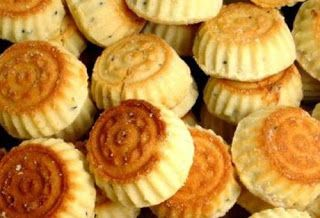 نصف كيلو سميد فرخة نصف كيلو طحين كوبين سمنة ربع كوب سكر نص كوب ماء الورد ملعقة صغيرة خميرة ملعقة بهارات الكعك الحشوة Eid Cake Dessert Cake Recipes Food