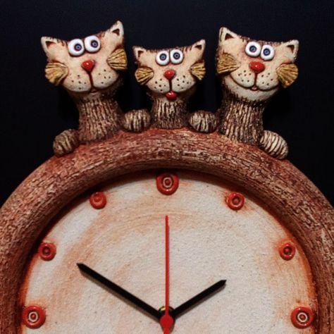 Hodiny+s+kočkami+Keramické+závěsné+hodiny+s+kočičí+rodinkou...+Modelováno+z+hrubé+šamotové+hlíny,+glazováno+matnými+a+lesklými+glazurami.+Rozměr+cca+33+x+27+cm