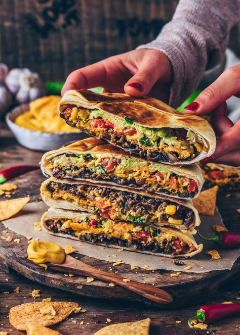This incredible Vegan Crunchwrap Supreme is the perfect Recipe for Mexican taco nights - It is filled with a tasty meat-less burrito filling, healthy veggies, and the best dairy-free cheese sauce ever! Actually, it tastes almost like the original fro Vegan Burrito, Tacos Vegan, Vegan Queso, Crunchwrap Supreme, Crunchwrap Recipe, Wraps Vegan, Vegetarian Wraps, Burrito Wrap, Vegan Cheese Sauce
