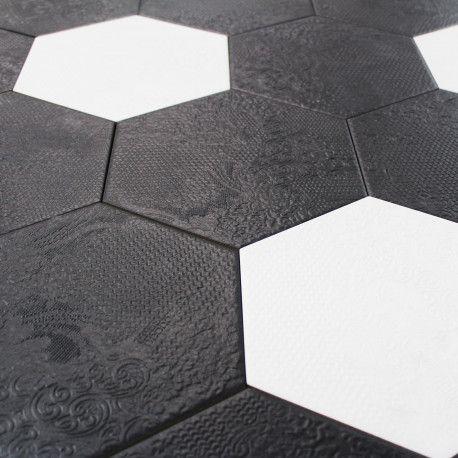 Un Carrelage Hexagonal Noir Avec D 39 Elegants Motifs Fleuris En Relief Sur La Surface Ideal Pour Votre In Carrelage Hexagonal Carrelage Carrelage Octogonal
