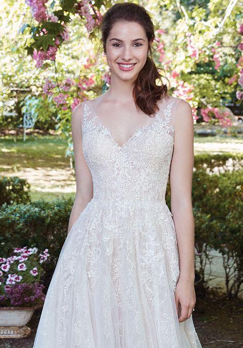 1b51ca5ddef6 Νυφικό ARKA WEDDING σε ευθεία γραμμή με ιδιαίτερη λαιμόκοψη. Δείτε το στο  Gamos Portal Blog!  weddingdress  bride  gamosportal