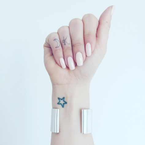 Crescent Moon Cute - Fresh And Creative Finger Tattoos - Photos
