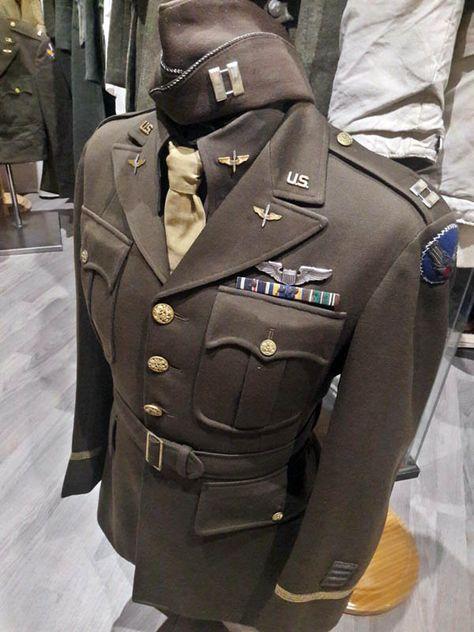 Uniforme de capitan perteneciente a Robert F. Lovett de la Fuerza Aerea USAAF (MAAF), con gorra garrison.