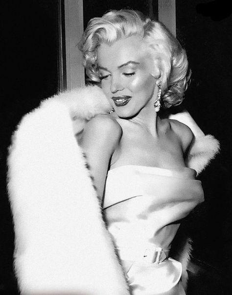 Marilyn Monroe auf einer Party in West Hollywood, - Estilo Marilyn Monroe, Marilyn Monroe Stil, Marilyn Monroe Fotos, Marilyn Monroe Wallpaper, Marilyn Monroe Body, Marilyn Monroe Portrait, West Hollywood, Old Hollywood Glamour, Classic Hollywood