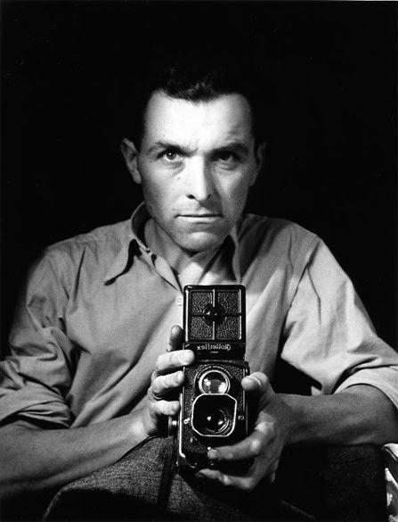 Robert Doisneau (1912-1994) - photographe français. Dans les années 1930 il a utilisé un Leica dans les rues de Paris. Lui et Henri Cartier-Bresson étaient les pionniers de photoreportage.