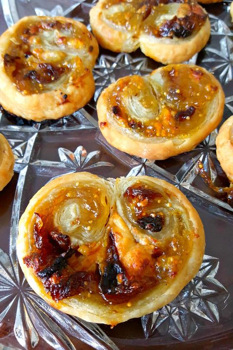 With just four simple ingredients, you can have a fancy appetizer for your guests. Blue Cheese, Fig, and Caramelized Onion Palmiers will impress evenly the in-laws this holiday season! Fancy Appetizers, Appetizer Recipes, Fig Recipes, Cooking Recipes, Tapas, Brunch, Appetisers, Caramelized Onions, Appetizers