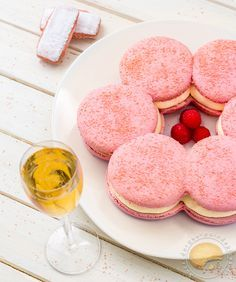 Macaron rémois : Macaron géant aux biscuits roses, mousse de champagne et cœur coulant à la framboise.
