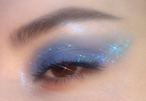 "blue eye makeup History of eye makeup ""Eye care"", in other words, ""eye make-up"" is Eye Makeup Blue, Eye Makeup Art, Skin Makeup, Eyeshadow Makeup, Gold Makeup, Eyeshadows, Glitter Makeup, Sephora Makeup, Cute Makeup Looks"