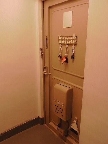 築40数年 我が家のレトロな玄関ドアです すきま風は入るし 気を