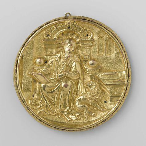 Anonymous | Medaillon met beeltenis van de heilige Hieronymus, Anonymous, c. 1500 - c. 1550 | Het ronde medaillon stelt de heilige Hiëronymus voor. De heilige zit op een grote zetel met een boogvormige bekroning. Met zijn rechterhand houdt hij een geopend boek vast, dat hij op zijn knie laat rusten, en in zijn linkerhand houdt hij een schrijfstift. Rechts voor de zetel zit de leeuw naast een tafel waarop de kardinaalshoed ligt. In de wand van het vertrek, die evenals de vloer een geponst…