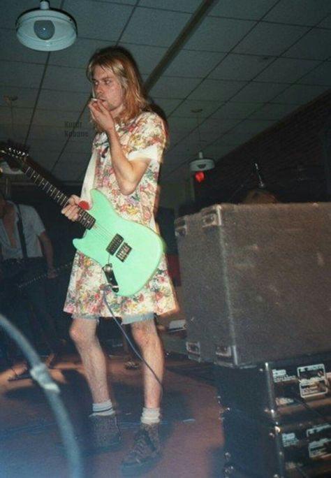 Kurt Cobain<< Dude looks fucking fab Nirvana Kurt Cobain, Kurt Cobain Style, Estilo Punk Rock, Estilo Grunge, Dave Grohl, Pretty People, Beautiful People, Kurt And Courtney, Kurt Cobian