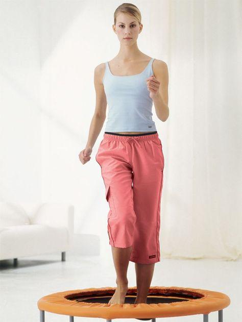 Die besten Trampolin-Übungen Mit Schwung zu starken Muskeln und Knochen: Trampolin-Training macht fit und hilft uns wie im Flug beim Abnehmen. Vital stellt die besten Übungen vor.