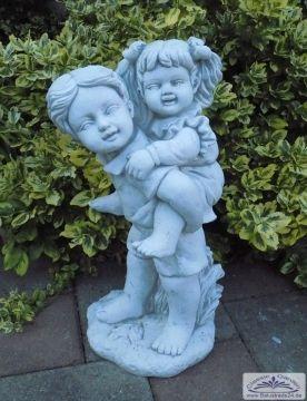 Kleine Kinderfigur Als Gartendeko Figur Geschenk Hukepack Mit Junge Und Madchen Gardendekoration Gartenfiguren Gartendeko Figuren Steinfiguren Gartenfiguren