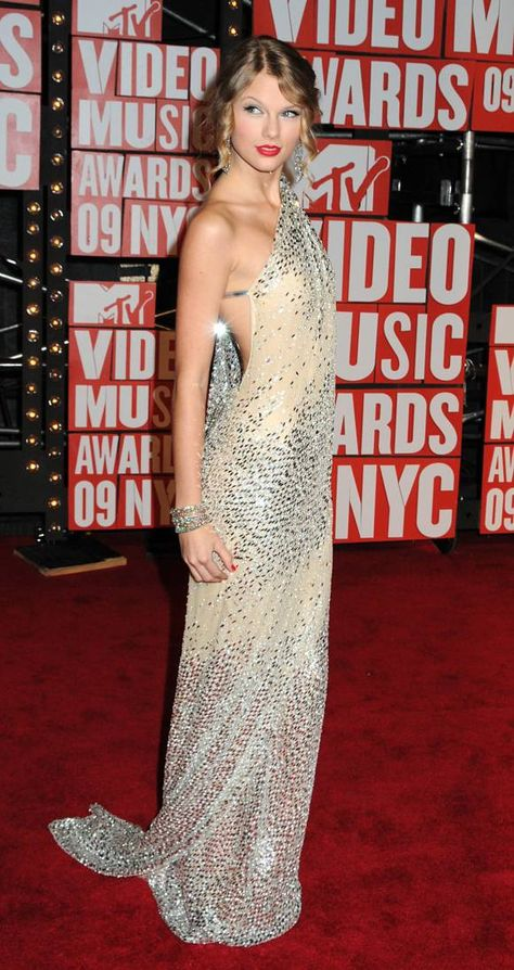 cb29281ac4a Taylor Swift's Most Revealing Outfits! [PHOTOS]