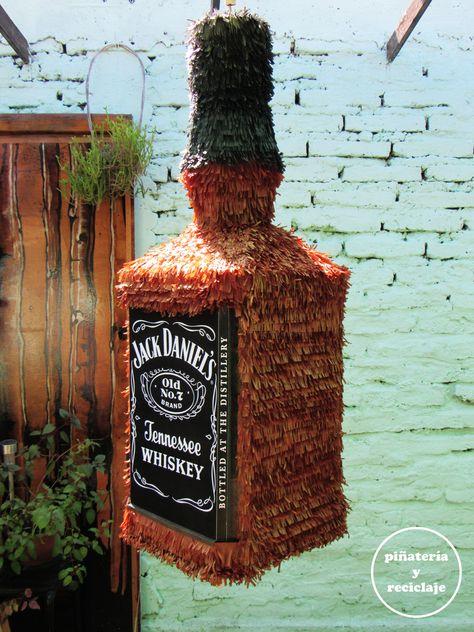 Piñata botella Jack Daniel's.  #piñata #reciclaje #decoración #cumpleañosfeliz #handmade #manualidades #pinata #happybirthday #maquetería #oficio #emprendimiento #teamwork #santiagodechile #fiesta #party #infantil #bottle #jackdaniels #whisky