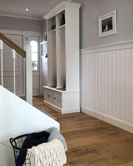 Beadboard De Mit Paneelen Im Flur Zum Landhausstil Im Eigenen Zuhause Style At Home Haus Stile Landhausstil
