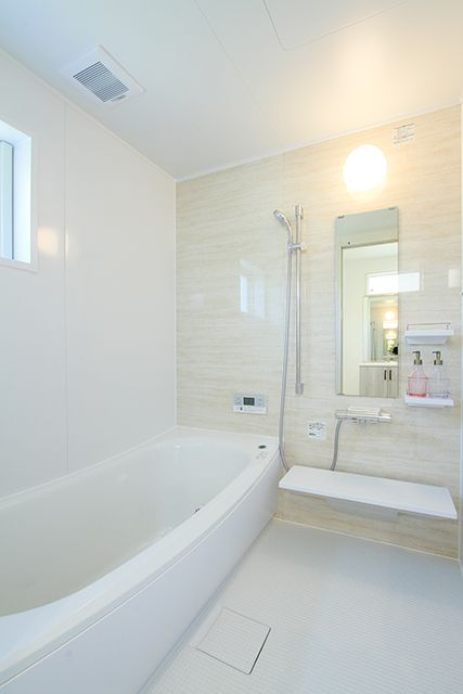 フレンチモダン 南欧風内装と 鉄骨階段の広々明るいリビングの家 Exy 浴室 デザイン 家 バスルーム インテリア