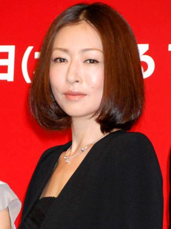 松雪泰子 前髪なしの黒髪ストレートボブ 40代 髪型 若く見える