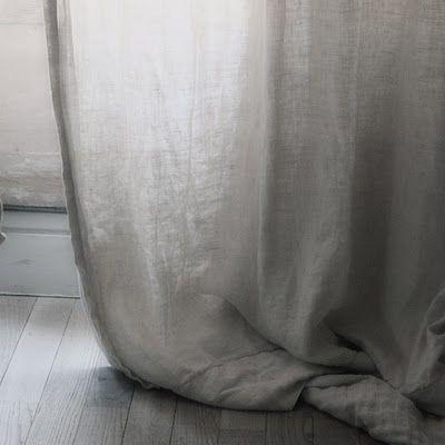ZOMER. linnen gordijnen in de zomer laten het zonlicht binnen, net voldoende.