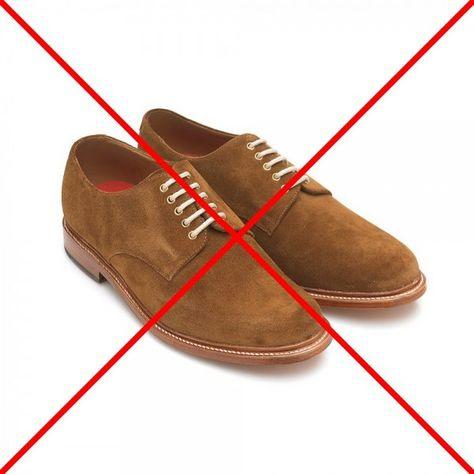 Nu mai purta la nunta pantofi de piele intoarsa. Este una dintre cele mai frecvente greseli pe care le observ la nunti: oameni obisnuiti sa poarte toata viata lor numai adidasi, isi achizitioneaza o pereche de pantofi Derby din piele intoarsa cu 100 lei din Leonardo sau Amely si se trezesc peste noapte imbracati de nunta. Nu ! La nunta porti pantofi Oxford, din piele neteda, nu din piele intoarsa.
