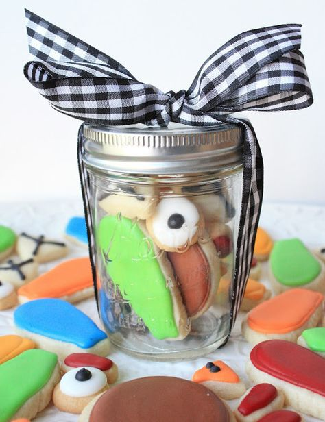 Adorable idea: Thanksgiving Turkey Cookie in a Jar ready for kids to assemble themselves. (Or just eat.)