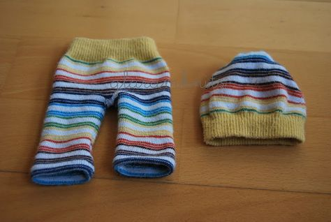 ropa muñeca con un par de calcetines · doll clothes with a pair of socks