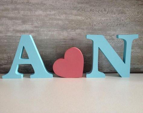 Letras Decorativas para Bancada - Iniciais Estas são iniciais , fazemos também o nome completo. Escolha a cor e o tamanho de sua preferência. Em MDF de 15mm para ficar em pé. Consulte-nos