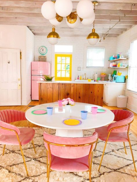 and white kitchen What an adorable retro kitchen - love the pink fridge and the lighting!What an adorable retro kitchen - love the pink fridge and the lighting! Küchen Design, Home Design, Booth Design, Design Trends, Airbnb Design, Colorful Apartment, Retro Apartment, Retro Home Decor, Retro Kitchen Decor