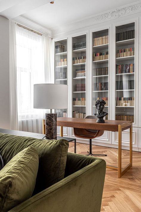 classic home decor Bright modern apartment with classic details in Vilnius Photos Ideas Design Design Living Room, Living Room Decor, Living Room Interior, Apartment Interior Design, Living Room Bookshelves, Living Room Cupboards, Bedroom Bookshelf, Flat Interior Design, Modern Apartment Design