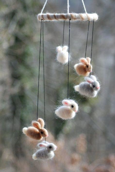 Bunny Mobile van naald vilten konijntjes van meerdere kleuren grijs, wit en zacht bruin. Zo lekker! Dit is de perfecte gift voor een nieuwe pappa en mamma of voor elke persoon die houdt van konijnen en schattigheid!! Toen mijn 7 jaar deze mobiele voor de eerste keer zag hij gilde