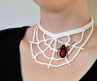 Years ago, I decided to crochet a spider web necklace for Halloween. After failing to figure out how I wanted it to look, I gave up. Each Halloween since I have. Thread Crochet, Easy Crochet, Free Crochet, Tutorial Crochet, Double Crochet, Crochet Skull, Crochet Lace, Halloween Spider Decorations, Spider Web Decoration