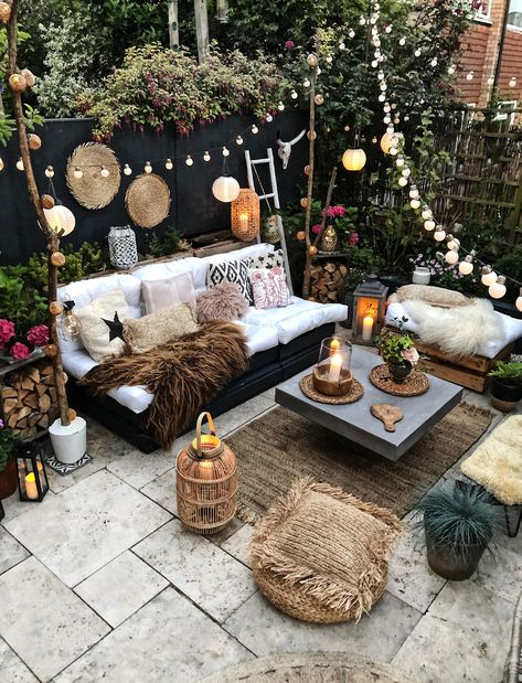 Our Favorite boho decor ideas for modern patio spaces and outdoor living! We love these furniture sets, outdoor rugs, plants and planters and lighting ideas Bohemian Patio, Bohemian Bedroom Decor, Boho Dekor, Backyard Patio Designs, Backyard Ideas, Patio Party Ideas, Small Patio Design, Small Backyard Landscaping, Garden Furniture